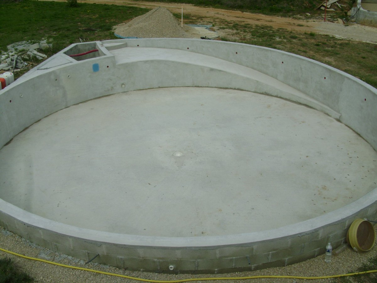 Construction piscine ronde angle bord fond for Construction piscine 07